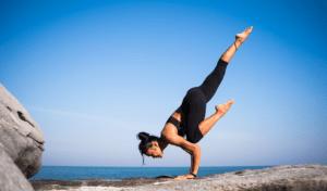 frau-yoga-fels-wasser