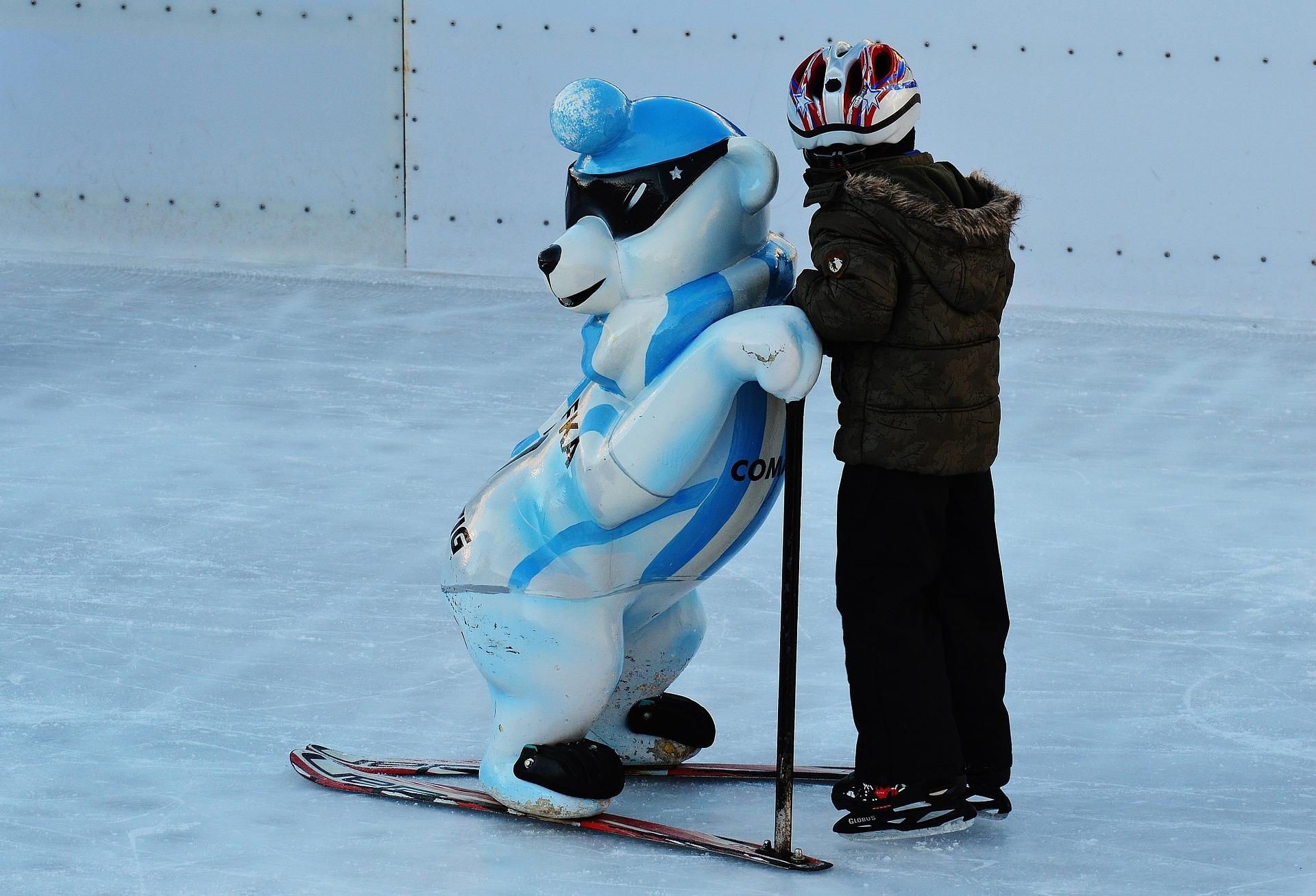 Kind lernt Eislaufen